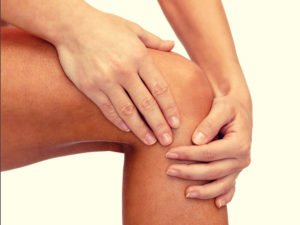 person suffering from knee pain. We treat knee pains naturally